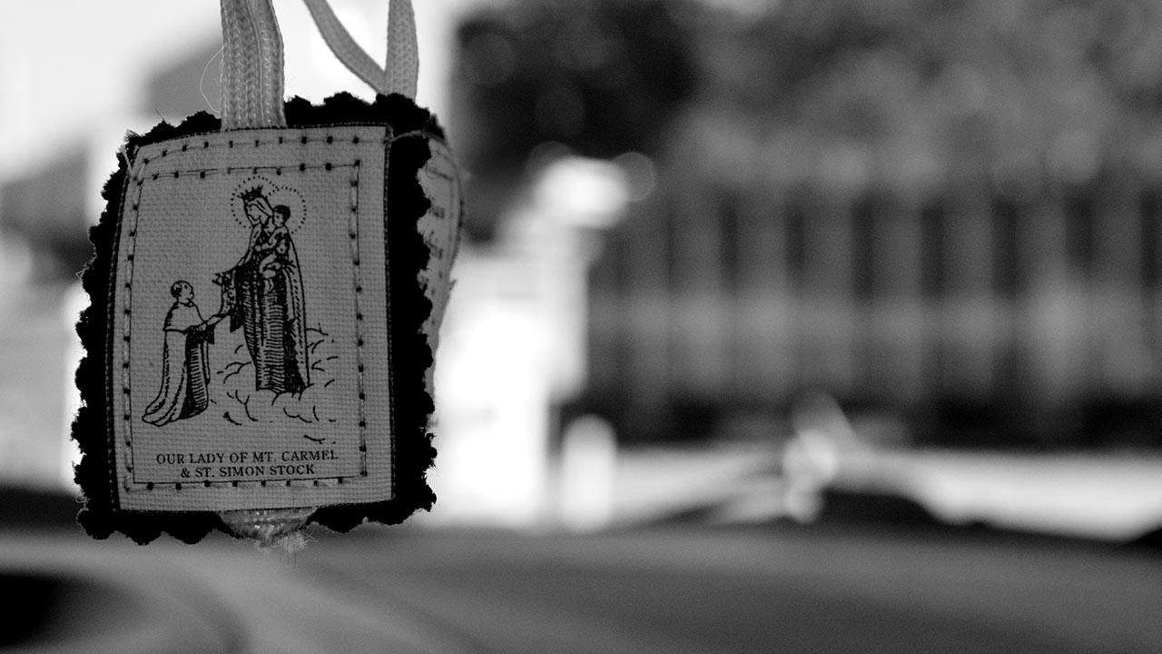 Como usar o escapulário de Nossa Senhora do Carmo?
