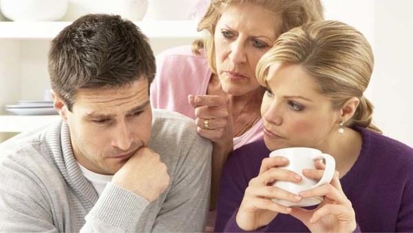 Como lidar com o conflito entre mãe e esposa?