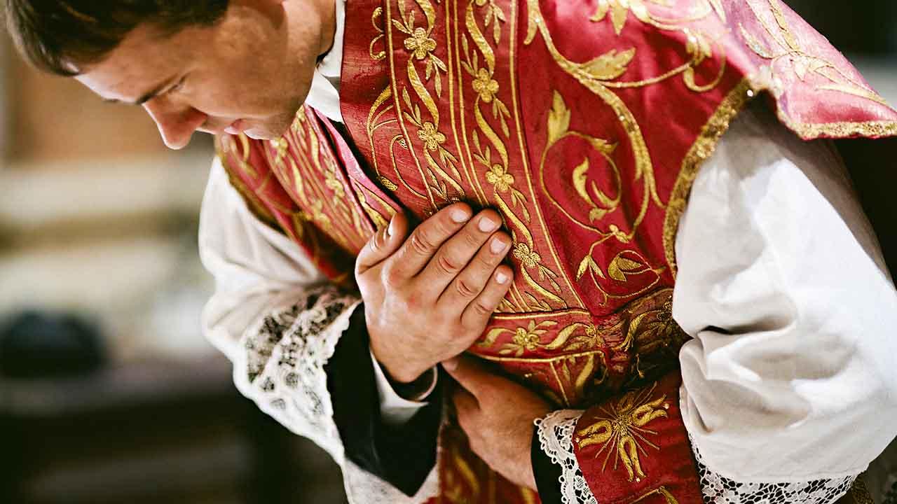 Meus pecados são perdoados na Santa Missa ou ainda preciso confessá-los?