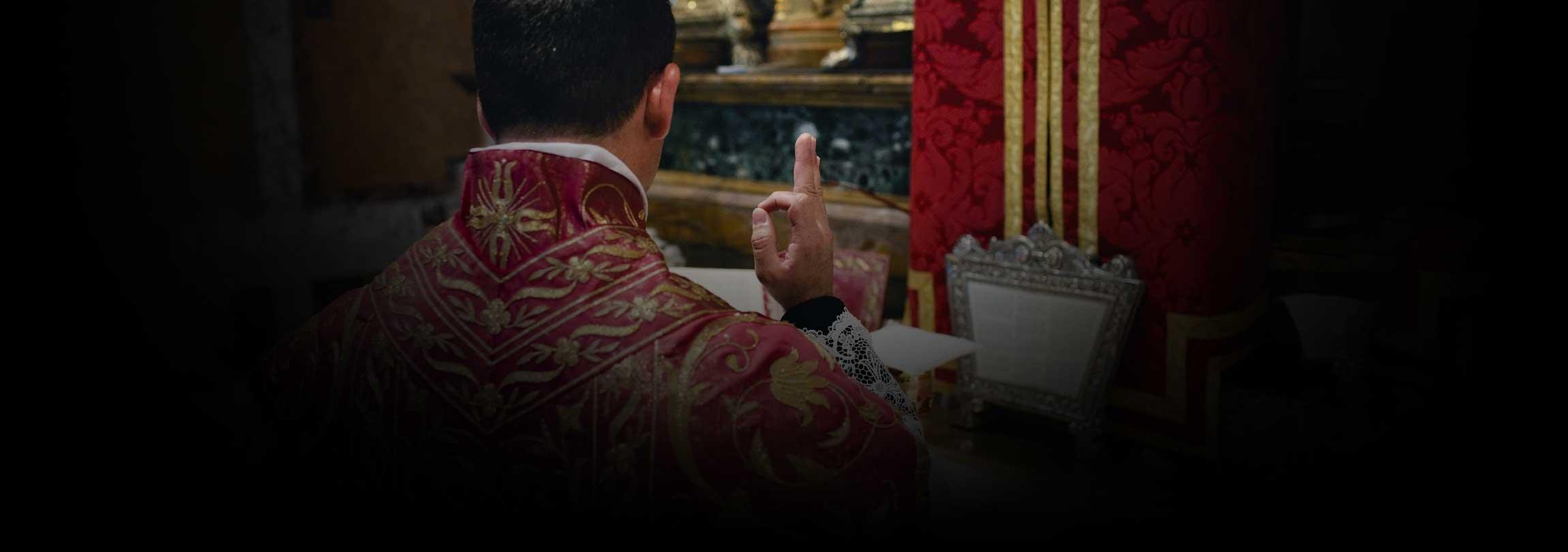 Mesmo sem fiéis, os padres não só podem como devem rezar a Missa