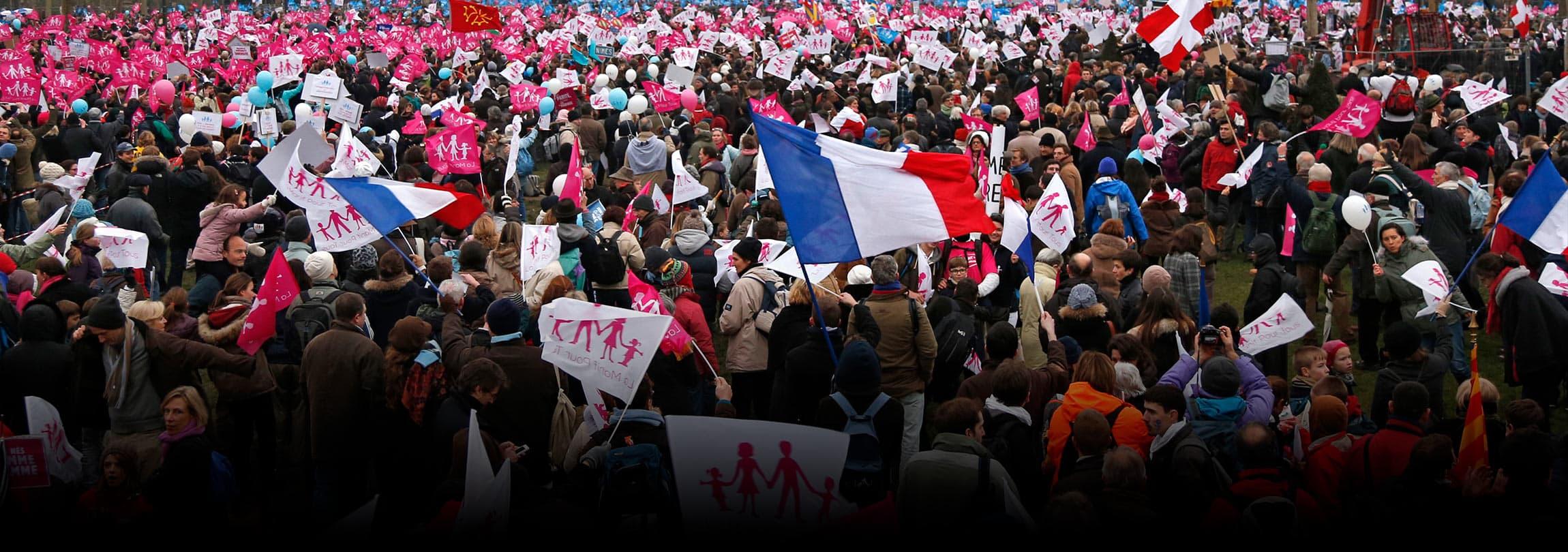 """Milhares de franceses protestam contra """"casamento"""" gay"""